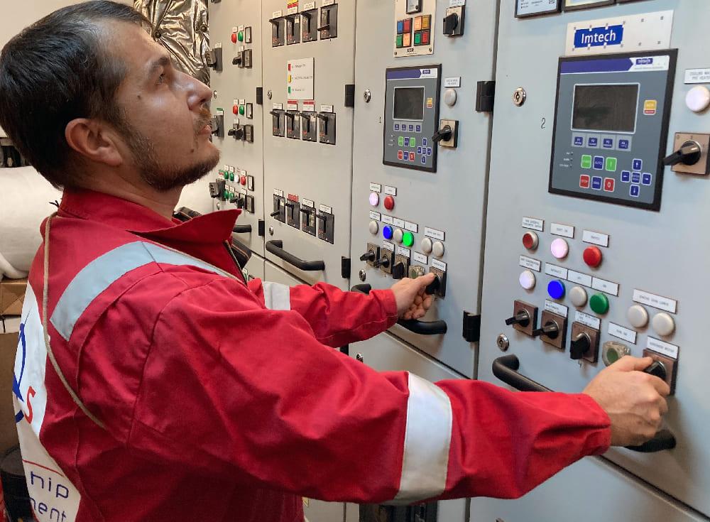 Wartungsmitarbeiter kontrolliert die Hardware an Bord